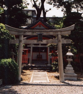 Shinto_Shrine_at_Sanju-sangen-do_Temple_Kyoto