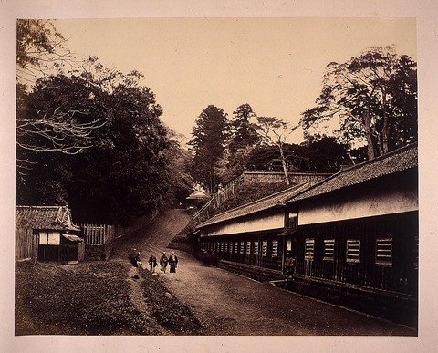Tsunazaka (Tsuna Hill) in the Edo Period. (the building on the right is the lower residence of Hizen Shimabara Domain)