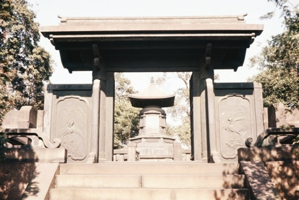 Ietsuna's funerary urn and Chinese style gate after restoration in 1957.