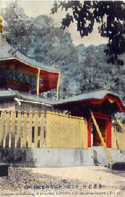 Nakamon and the 2-story pagoda with wood props.