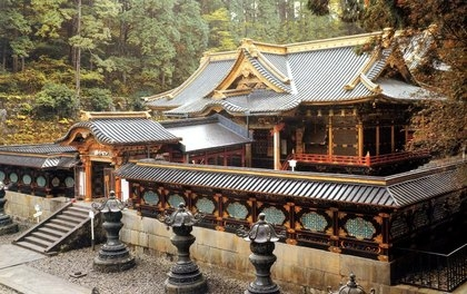 Honden (main hall) of Taiyūin. It's built in the same Gongen-zukuri style as Daitokuin's honden. You can see the Nakamon (middle gate) and sukibei (latticework fence).