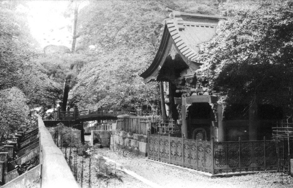 O-narimon, leading to the Oku no in (inner sanctuary). Note the bridge. On the painting above you can just barely make out a small stream behind the gate.