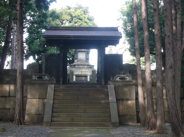 Ietsuna's grave and Chinese style gate as it looks today.