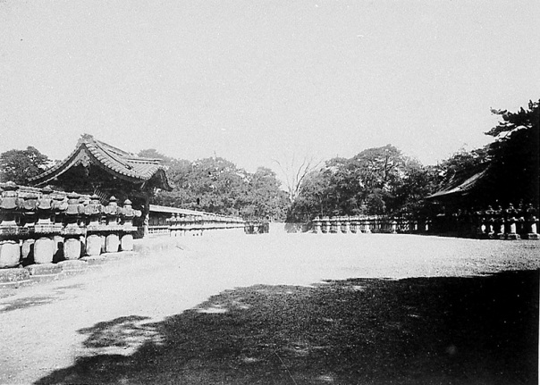 View of the courtyard between the main entrance (right) and the imperial scroll gate (left) from the o-narimon (the shogun's private entrance).