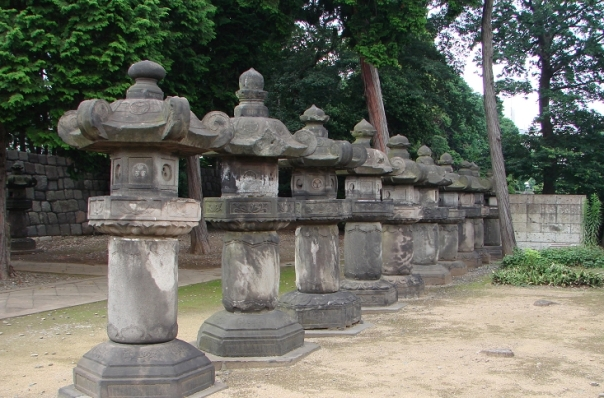 Stone lanterns from Genyuin. This is the most gravey picture in this article.