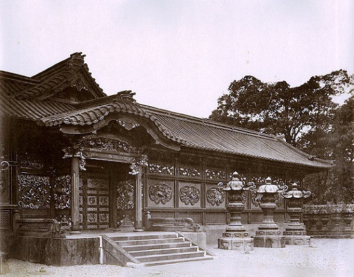 Nakamon (middle gate) which leads to the haiden (worship hall).
