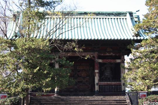 The nitenmon (2 god main entrance) of Yushoin.