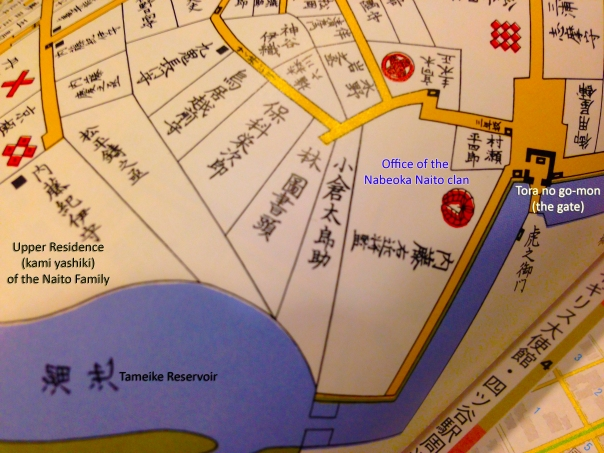 This is taken from an Edo Era map of the area. On the right side you can clearly see the Toranomon gate and mitsuke. Next to that is the office of the Naito clan, their upper residence is located to the left.
