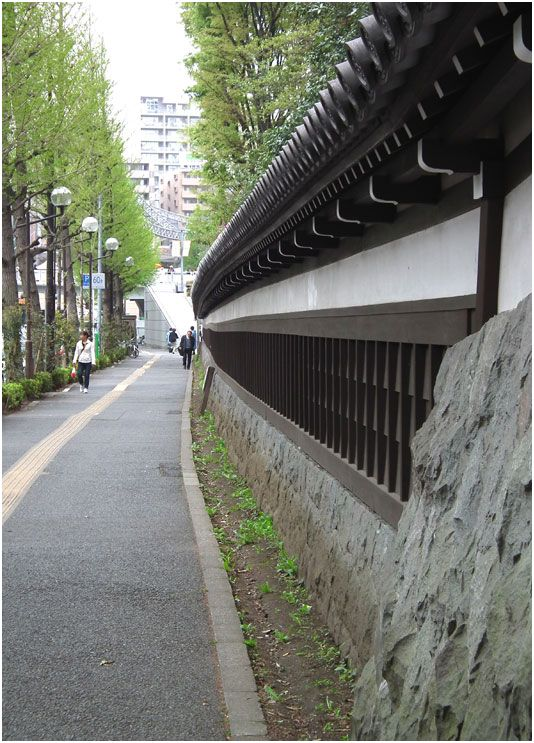 The walls surrounding Korakuen are new, but they give you an idea of what how a daimyo residence would have looked from the street level.