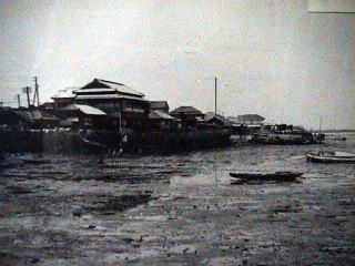 Samezu Inlet in her natural state at low tide. This picture was taken during an inspection of the area before initiating the landfill process. The area was basically unchanged since the Edo Period.