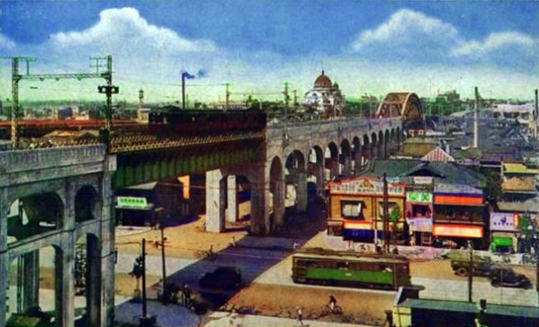 The bridge over the shogun's road in 1937 (Showa 12). The city still retains its 2 story structure in the shitamachi. Notice the dome off in the distance? That's Holy Resurrection Cathedral. We'll talk about that later.