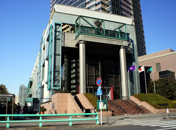 Tokyo_Metropolitan_Museum_of_Photography_entrance_2011_January